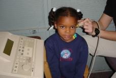 做听力检查的小女孩图片
