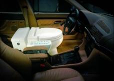 车中的智能马桶图片